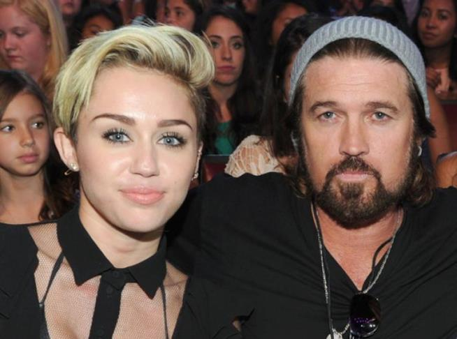 Miley Cyrus in un recente scatto con suo padre Billy Ray