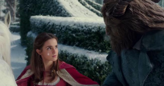 Un'immagine di Emma Watson nei panni di Belle al ballo