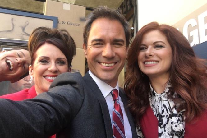 Il cast originale di Will & Grace per un sorridente selfie