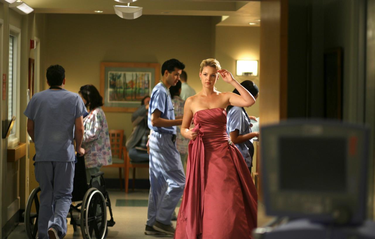 Come una principessa delle favole, eccola mentre raggiunge Denny dopo l'operazione