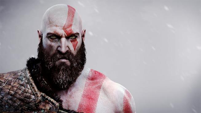 Un primo piano di Kratos invecchiato
