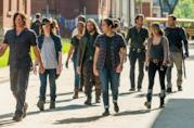 Rick, Daryl e abitanti di Alexandria e del Regno in una scena di The Walking Dead