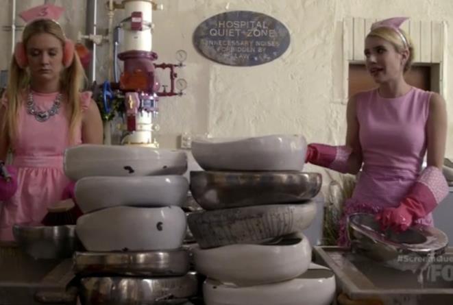 Chanel Oberlin e Chanel #3 lavano le padelle dell'ospedale