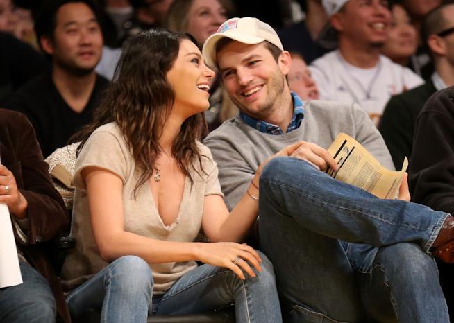 Ashton Kutcher con la moglie Mila Kunis