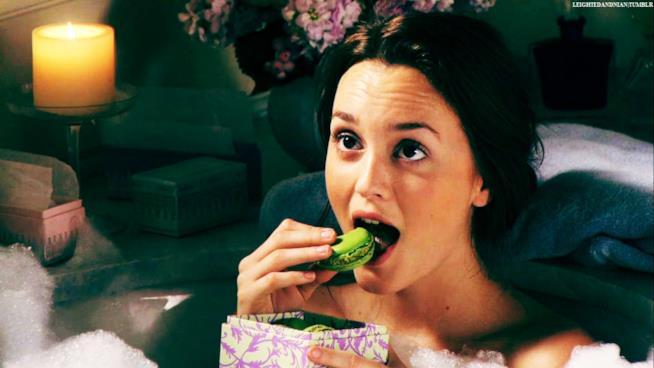 Blair mangia un macaron nella vasca