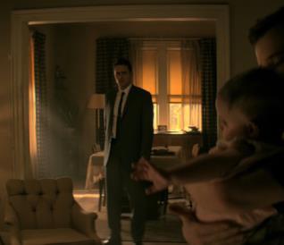 Lee Harvey Oswald tiene in braccio suo figlio mentre Sadie e Jake lo guardano