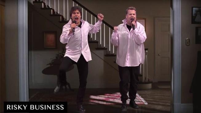 Tom Cruise e James Corden davanti a un blue screen interpretano Risky Business