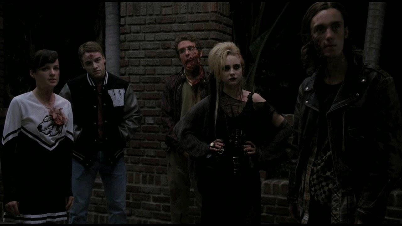 Un gruppo di strani ragazzi insegue Tate e Violet