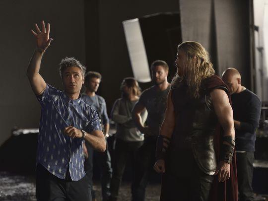 Un'immagine dal set di Thor con il regista e Chris Hemsworth