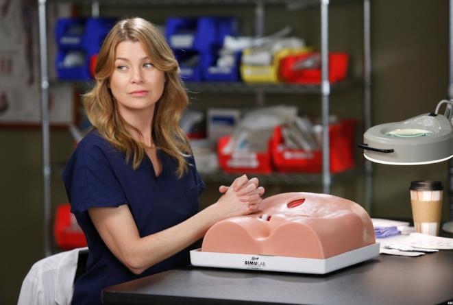 Meredith Grey in laboratorio in un episodio di Grey's Anatomy 12