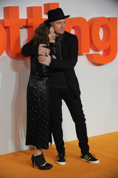 Ewan McGregor e Kelly Macdonald si abbracciano sull'orange carpet
