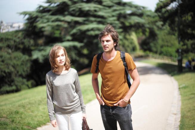 Isabelle Huppert e Roman Kolinka in una scena del film di Mia Hansen-Løve