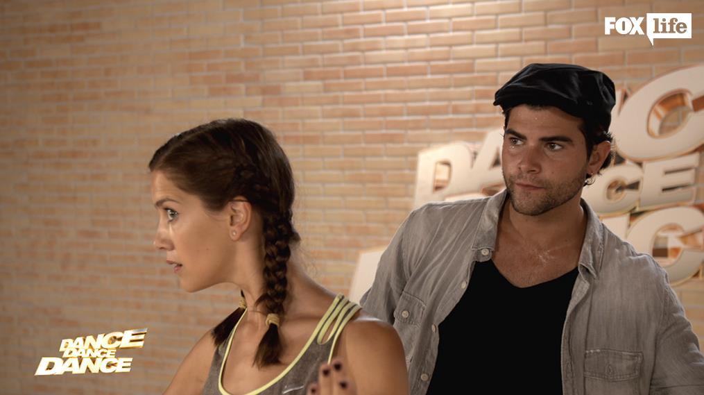 Clara e Diego provano insieme in sala prove