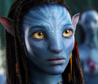 Neytiri in primo piano in una scena di Avatar