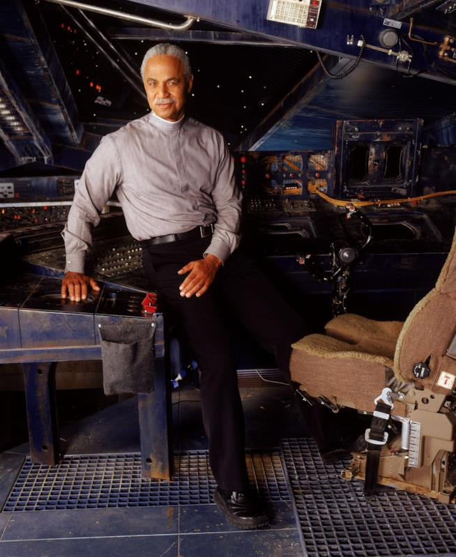 Ron Glass nei panni del pastore Derrial Book in Firefly