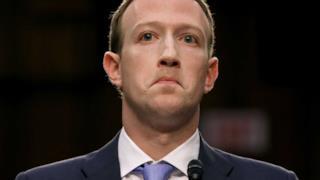 Mark Zuckerberg incredulo di fronte alle domande del Congresso degli Stati Uniti