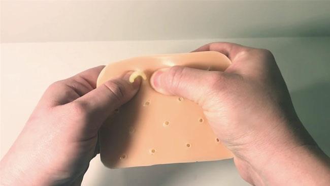 Lo schifoso giocattolo che simula lo schiacciamento dei brufoli