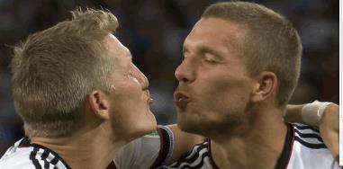 Podolski e Schweinsteiger fingono di baciarsi
