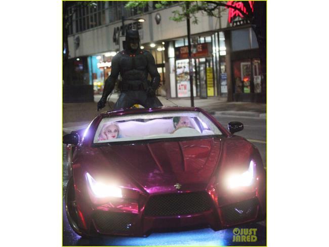Batman sale sul tetto dell'auto del Joker