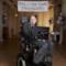 Stephen Hawking con striscione e palloncini a Cambridge