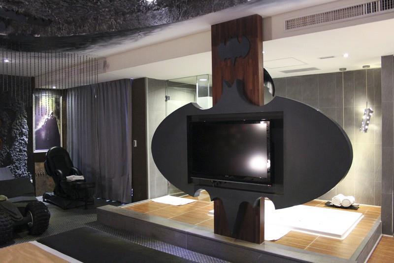 Il televisore della Batman Suite