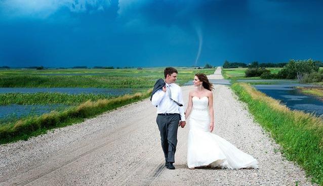 Tornado dietro a due sposini