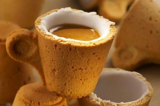 Tazzina fatta di biscotto con dentro un espresso
