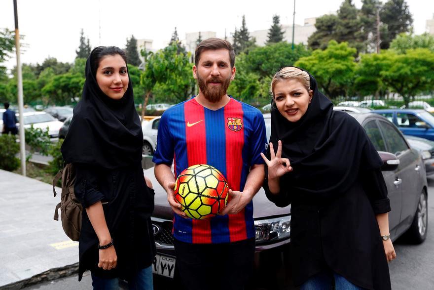 Il sosia di Messi con delle fan