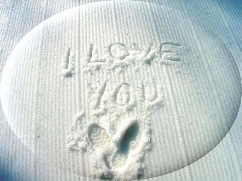 Scritta d'amore sulla neve
