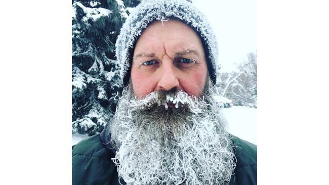 Un uomo con la barba congelata