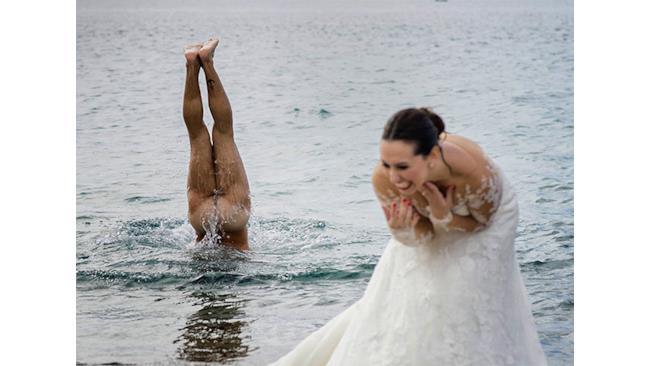 Un uomo nudo esce dall'acqua