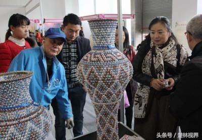 Alcune persone ammirano i vasi dell'artista