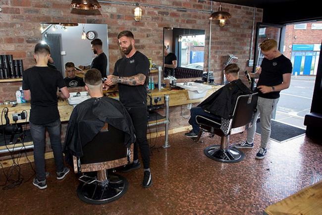 Il giovane barbiere al lavoro