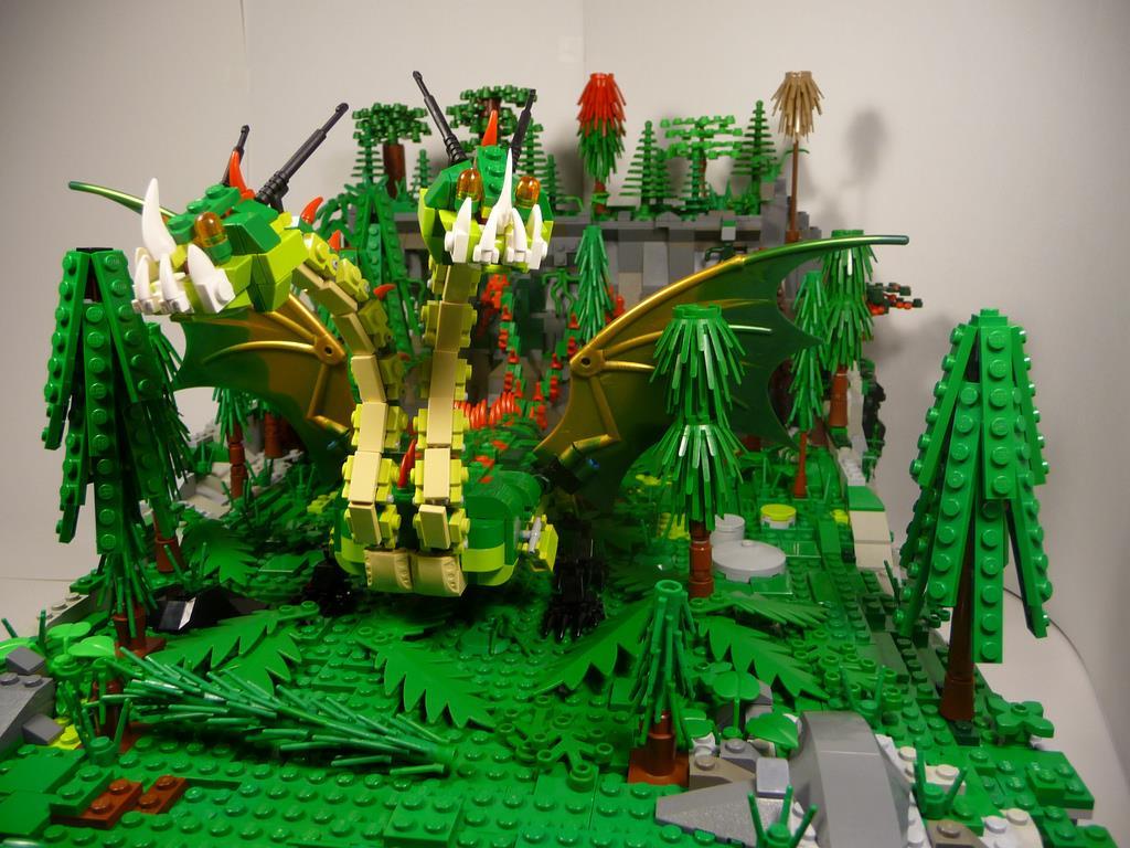 Una costruzione di LEGO immersa nel verde, con un mostro a 2 teste di LEGO