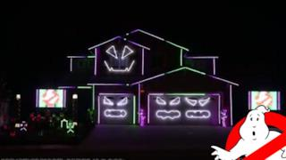 La casa che si illumina al suono della canzone Ghostbusters per Creative Lighting Displays