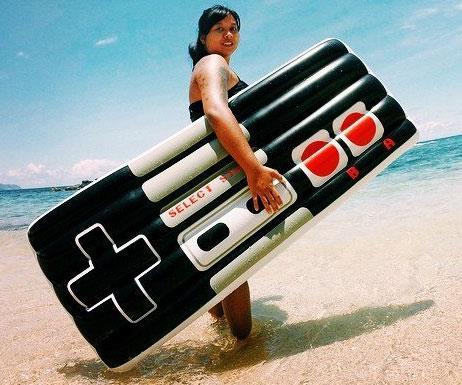 Un'immagine del materassino controller NES sulla spiaggia