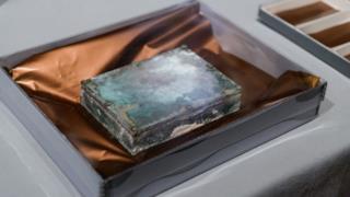 L'esterno della capsula del tempo aperta al Museum of Fine Arts di Boston