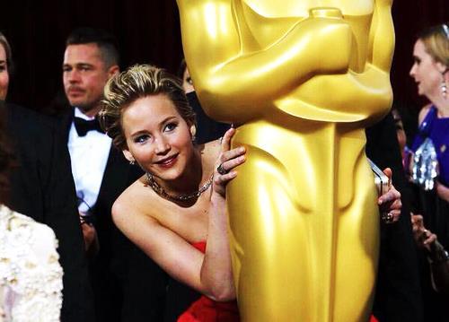 Jennifer Lawrence si nasconde dietro una mega statuetta degli Oscar