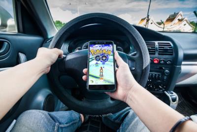 Un utente incauto guida mentre usa Pokémon Go