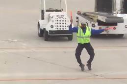 Manovra gli aerei ballando sulla pista