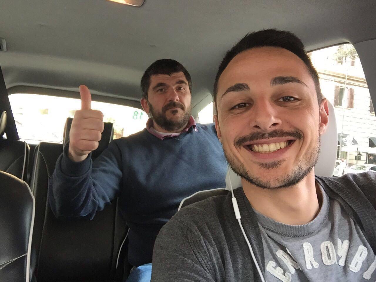 Immagini divertenti per WhatsApp - Due ragazzi in automobile