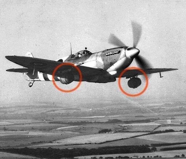 Immagine che raffigura un aereo inglese consegna barili di birra per le truppe al fronte