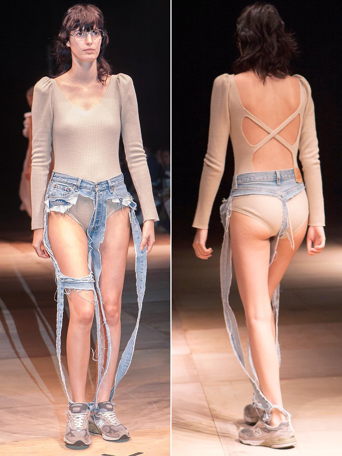 Una modella indossa i Jeans perizoma