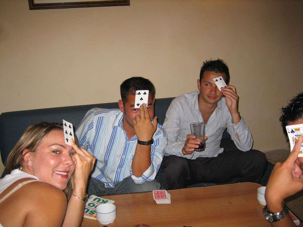 Ragazzi che giocano a poker indiano