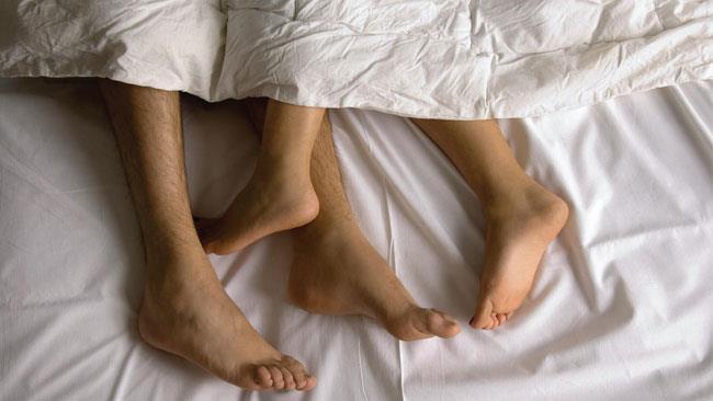 Una coppia a letto insieme