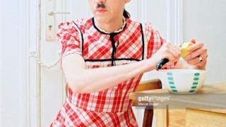 Un uomo col baffo di Hitler