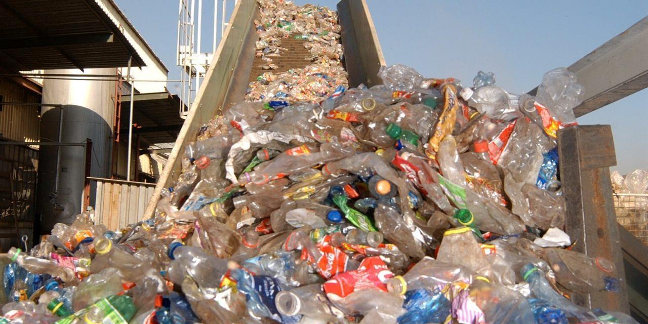 Una montagna di bottiglie di plastica da smaltire