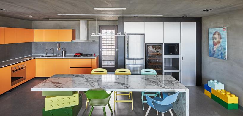 La cucina ispirata alle costruzioni LEGO ha uno stile contemporaneo.