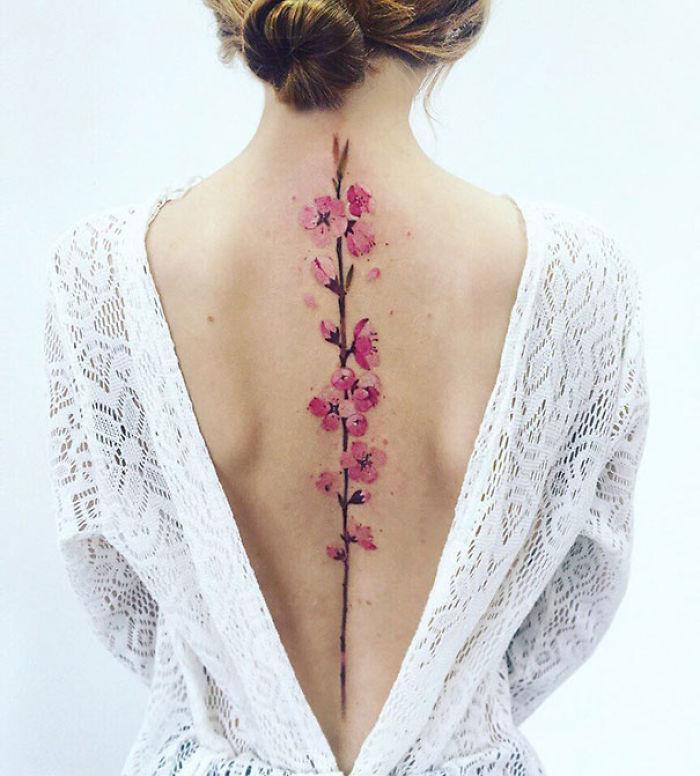 Un tatuaggio a fiori sulla schiena- Tatuaggi per la spina dorsale, i più belli per la tua schiena