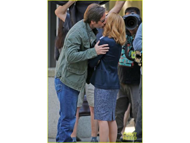 Foto dal set di X-Files: Mulder bacia Scully